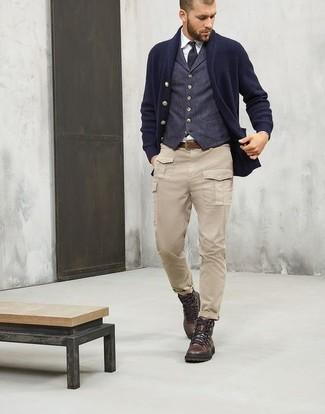Cómo combinar: cárdigan con cuello chal azul marino, chaleco de vestir de lana azul marino, camisa de vestir blanca, pantalón cargo en beige