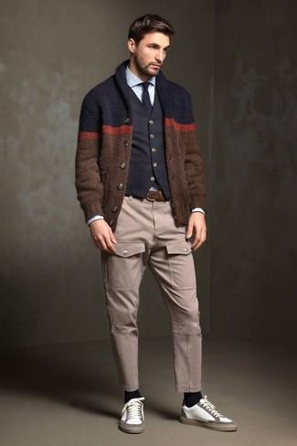 Cómo combinar: cárdigan con cuello chal marrón, chaleco de vestir de algodón negro, camisa de vestir celeste, pantalón cargo en beige