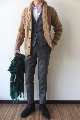 Cómo combinar: cárdigan con cuello chal marrón claro, chaleco de vestir de lana en gris oscuro, camisa de vestir blanca, pantalón de vestir de tartán en gris oscuro