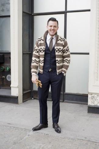 Cómo combinar un pantalón de vestir azul marino: Opta por un cárdigan con cuello chal de grecas alpinos en beige y un pantalón de vestir azul marino para rebosar clase y sofisticación. Con el calzado, sé más clásico y opta por un par de zapatos oxford de cuero negros.
