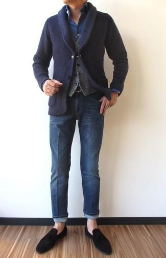 Cómo combinar: cárdigan con cuello chal azul marino, chaleco de vestir de lana gris, camisa vaquera azul marino, vaqueros azules