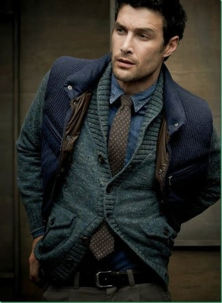 Cómo combinar: cárdigan con cuello chal en gris oscuro, chaleco de vestir acolchado azul marino, camisa vaquera azul marino, pantalón chino en gris oscuro