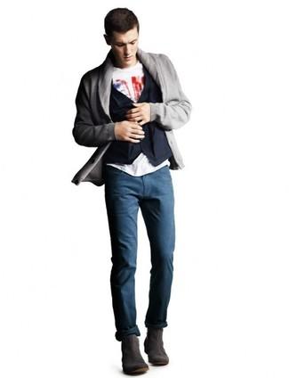 Cómo combinar: cárdigan con cuello chal gris, chaleco de vestir de algodón azul marino, camiseta con cuello circular estampada en blanco y rojo, pantalón chino azul marino
