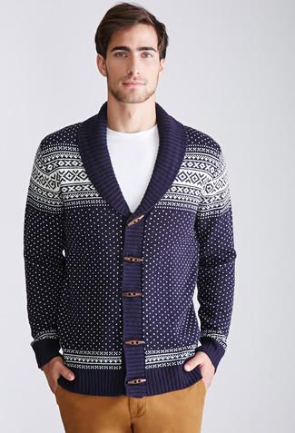 Cómo combinar: cárdigan con cuello chal de grecas alpinos azul marino, camiseta con cuello circular blanca, pantalón chino marrón claro