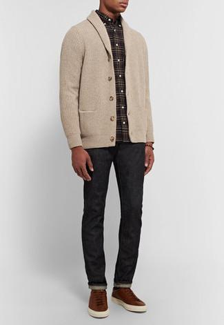 Cómo combinar una camisa de manga larga negra en otoño 2020: Elige una camisa de manga larga negra y unos vaqueros negros para conseguir una apariencia relajada pero elegante. Tenis de cuero marrónes son una opción estupenda para completar este atuendo. Es una elección ideal si tu buscas un look otoñal.