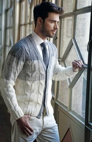 Cómo combinar: cárdigan con cuello chal en beige, camisa de vestir blanca, pantalón chino en beige, corbata de punto gris