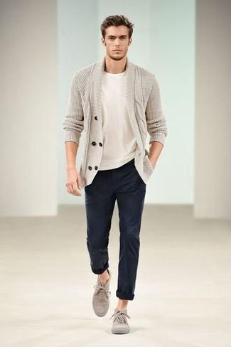 Outfits hombres: Empareja un cárdigan con cuello chal en beige con un pantalón chino azul marino para un lindo look para el trabajo. Botas safari de ante en beige son una opción excelente para complementar tu atuendo.