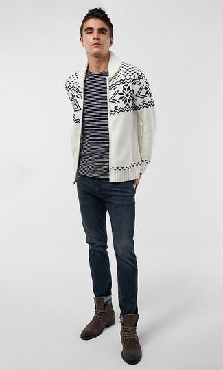 Cómo combinar: cárdigan con cuello chal de grecas alpinos en blanco y negro, camiseta con cuello circular de rayas horizontales en negro y blanco, vaqueros azul marino, botas casual de ante en marrón oscuro