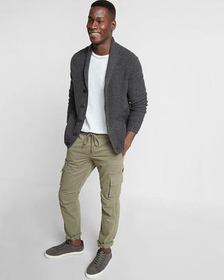 Cómo combinar: cárdigan con cuello chal en gris oscuro, camiseta con cuello circular blanca, pantalón cargo verde oliva, tenis de cuero en gris oscuro
