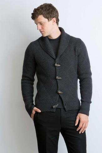 Cómo combinar: cárdigan con cuello chal en gris oscuro, jersey con cuello circular en gris oscuro, pantalón de vestir de lana negro