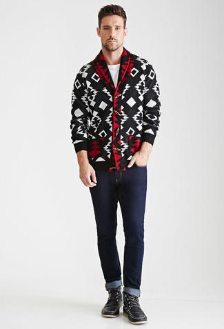 Cómo combinar: cárdigan con cuello chal con estampado geométrico en negro y blanco, camiseta con cuello circular blanca, vaqueros azul marino, botas de trabajo de cuero negras