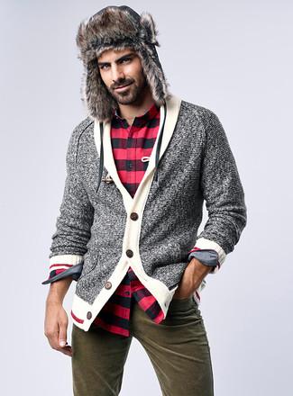 Cómo combinar: cárdigan con cuello chal gris, camisa de manga larga de franela a cuadros en rojo y negro, vaqueros verde oliva