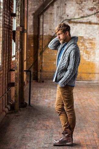 Equípate una parte de arriba azul junto a un pantalón chino tabaco para un lindo look para el trabajo. Botas casual de cuero marrónes son una opción estupenda para complementar tu atuendo.