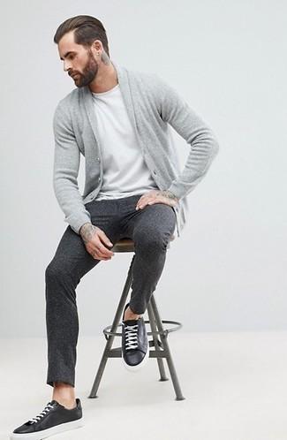 Cómo combinar: cárdigan con cuello chal gris, camiseta con cuello circular blanca, pantalón de vestir de lana en gris oscuro, tenis de cuero negros