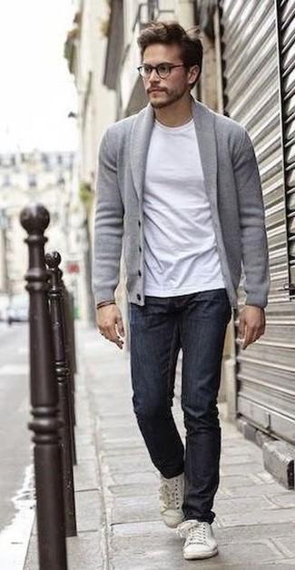 Cómo combinar un cárdigan con cuello chal gris: Elige un cárdigan con cuello chal gris y unos vaqueros azul marino para un look diario sin parecer demasiado arreglada. Tenis de cuero blancos contrastarán muy bien con el resto del conjunto.