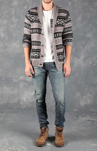 Cómo combinar: cárdigan con cuello chal de grecas alpinos gris, camiseta con cuello circular blanca, vaqueros azules, botas casual de ante marrónes