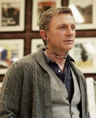 Look de Daniel Craig: Cárdigan con Cuello Chal Gris, Chaleco de Vestir de Lana Gris, Camisa de Manga Larga Negra