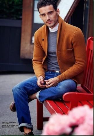 Cómo combinar: cárdigan con cuello chal en tabaco, jersey con cuello circular en gris oscuro, camisa de vestir blanca, vaqueros azules