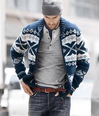 Cómo combinar: cárdigan con cuello chal de grecas alpinos en azul marino y blanco, jersey con cuello henley gris, camiseta con cuello circular azul marino, vaqueros en gris oscuro