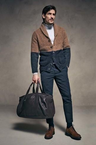 Cómo combinar un bolso baúl de cuero negro para hombres de 40 años: Intenta combinar un cárdigan con cuello chal marrón con un bolso baúl de cuero negro transmitirán una vibra libre y relajada. ¿Te sientes valiente? Haz zapatos derby de ante en marrón oscuro tu calzado.
