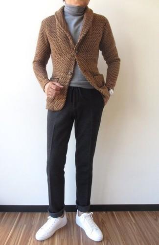 Cómo combinar: cárdigan con cuello chal marrón, jersey de cuello alto gris, pantalón de vestir de lana en gris oscuro, tenis de cuero blancos