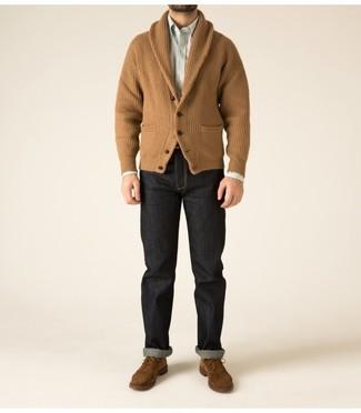 Cómo combinar: cárdigan con cuello chal marrón claro, camisa de manga larga de rayas verticales blanca, vaqueros negros, zapatos derby de ante marrónes