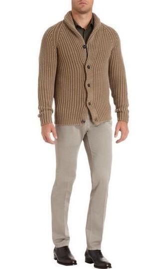 Cómo combinar: cárdigan con cuello chal marrón claro, camisa de manga larga verde oliva, pantalón chino en beige, zapatos oxford de cuero en marrón oscuro