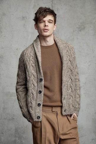 Cómo combinar: cárdigan con cuello chal marrón, jersey con cuello circular marrón, pantalón chino marrón claro