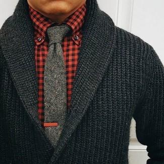 Cómo combinar: cárdigan con cuello chal negro, camisa de vestir de cuadro vichy roja, corbata de punto gris
