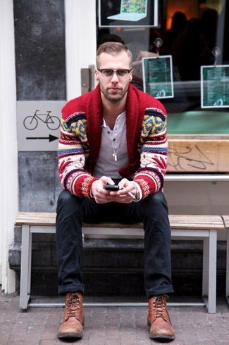 Look de moda: Cárdigan con cuello chal de grecas alpinos rojo, Camiseta henley de manga larga blanca, Vaqueros negros, Botas casual de cuero marrónes