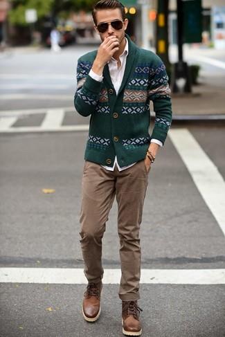 Cómo combinar: cárdigan con cuello chal de grecas alpinos verde oscuro, camisa de vestir blanca, pantalón chino marrón claro, botas casual de cuero marrónes