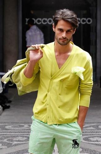 Cómo combinar: cárdigan cruzado amarillo, pantalones cortos en verde menta, bolso baúl de lona amarillo, pañuelo de bolsillo blanco