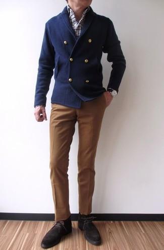 Cómo combinar: cárdigan cruzado azul marino, camisa de manga larga de tartán en blanco y rojo y azul marino, pantalón de vestir marrón, botas safari de ante en marrón oscuro