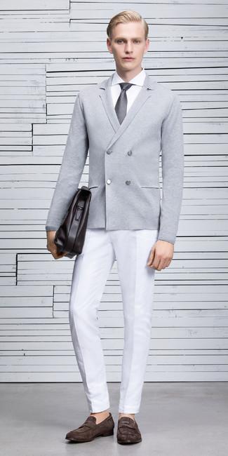 Cómo combinar: cárdigan cruzado gris, camisa de vestir blanca, pantalón de vestir blanco, mocasín de ante en marrón oscuro