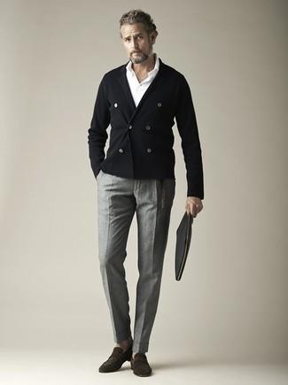 Cómo combinar una camisa polo blanca para hombres de 50 años: Casa una camisa polo blanca junto a un pantalón chino gris para lidiar sin esfuerzo con lo que sea que te traiga el día. Mocasín de ante en marrón oscuro levantan al instante cualquier look simple.