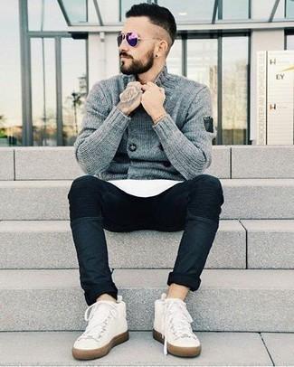 Cómo combinar unas gafas de sol en violeta: Un cárdigan cruzado gris y unas gafas de sol en violeta son una gran fórmula de vestimenta para tener en tu clóset. Un par de zapatillas altas de lona blancas se integra perfectamente con diversos looks.
