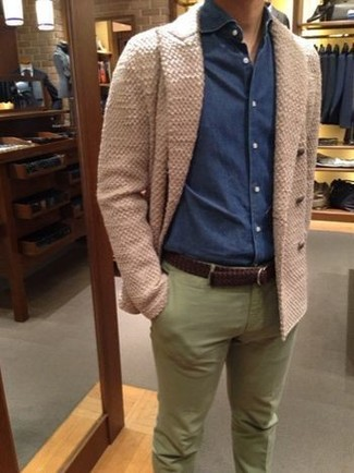 Cómo combinar: cárdigan cruzado en beige, camisa vaquera azul marino, pantalón chino verde oliva, correa de cuero tejida en marrón oscuro