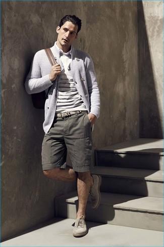 Cómo combinar: cárdigan cruzado gris, jersey con cuello circular de rayas horizontales en beige, camisa de manga larga blanca, pantalones cortos verde oliva
