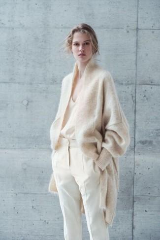 Cómo combinar: cárdigan de mohair en beige, camiseta sin manga de seda en beige, pantalón de pinzas en beige