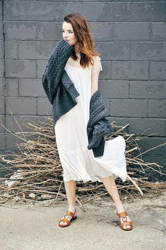 Cómo combinar: cárdigan de punto en gris oscuro, vestido midi de gasa blanco, sandalias planas de cuero marrónes