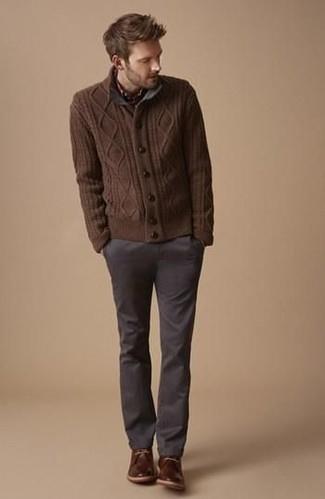 Cómo combinar: cárdigan de punto marrón, pantalón chino en gris oscuro, botas safari de cuero en marrón oscuro