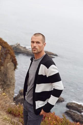 Cómo combinar: cárdigan de rayas horizontales en negro y blanco, camiseta con cuello circular gris, vaqueros en gris oscuro