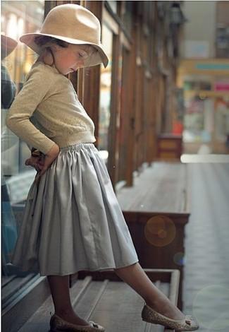 Cómo combinar: cárdigan en beige, falda gris, bailarinas en beige, sombrero en beige