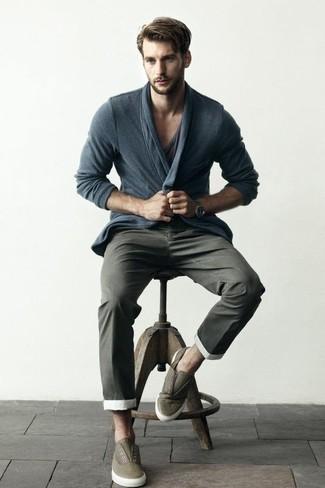 Cómo combinar: cárdigan en gris oscuro, camiseta con cuello en v en gris oscuro, pantalón chino en gris oscuro, zapatillas slip-on de cuero verde oliva