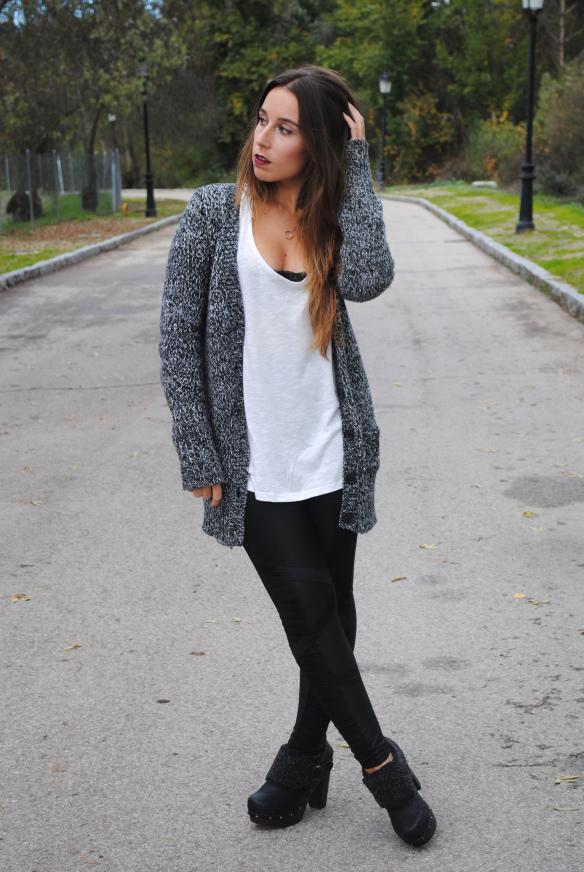 Combinar chaqueta gris punto mujer