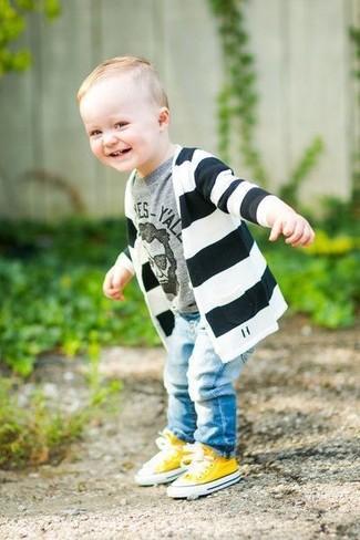 Cómo combinar: cárdigan de rayas horizontales en negro y blanco, camiseta estampada gris, vaqueros celestes, zapatillas amarillas