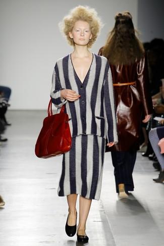 Cómo combinar: cárdigan de rayas verticales en negro y blanco, falda midi de rayas verticales en negro y blanco, bailarinas de cuero negras, bolsa tote de cuero roja