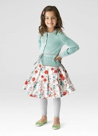 Look de moda: Cárdigan en Verde Menta, Falda con print de flores Blanca, Leggings Grises, Bailarinas en Amarillo Verdoso