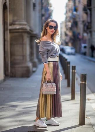 Cómo combinar un cárdigan gris: Elige un cárdigan gris y una falda larga plisada dorada para un almuerzo en domingo con amigos. Tenis de cuero blancos contrastarán muy bien con el resto del conjunto.