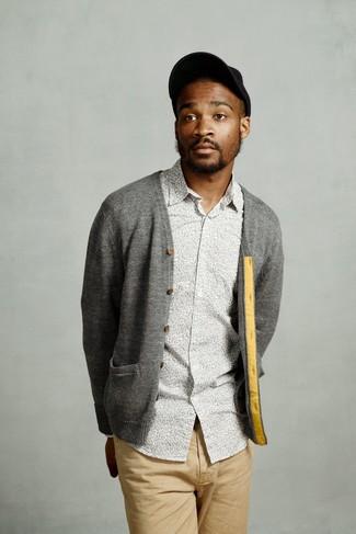 Cómo combinar: cárdigan gris, camisa de manga larga con print de flores gris, pantalón chino marrón claro, gorra de béisbol negra